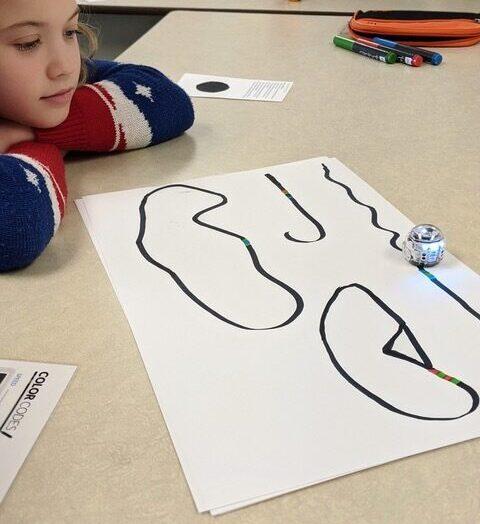 Les élèves de l'école Prévost fabriquent un parcours de Noël avec les robots Ozobot